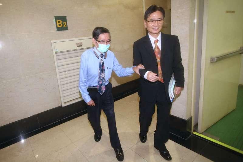 蔡國雄(右)牽著有先天性小兒麻痺的弟弟蔡忠雄(左)走進調解室,相互扶持的畫面數十年如一日。(柯承惠攝)