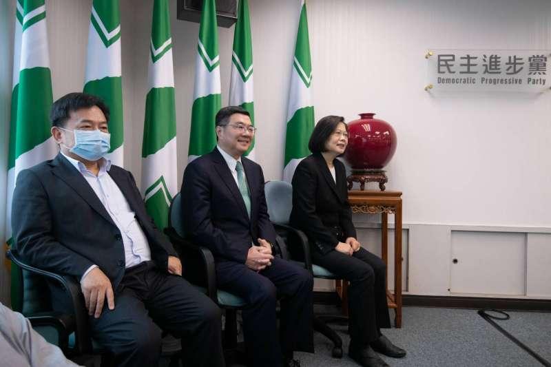 20200520-總統蔡英文(右)接任民進黨主席,中為前主席卓榮泰。(民進黨提供)