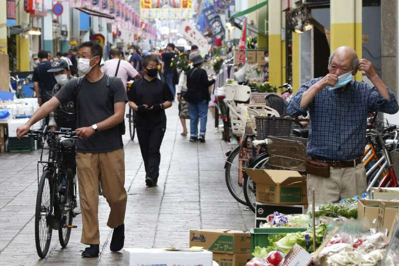 疫情帶來嚴重經濟衝擊,世界各國政府各出奇招救經濟。(圖為日本橫濱的菜市場/美聯社)
