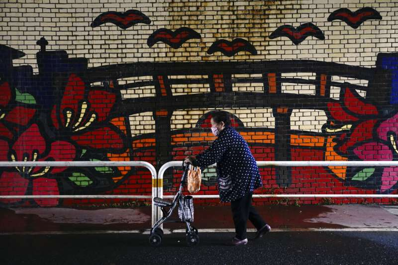 日本高齡少子化問題嚴重,許多城市因人口減少而面臨空城危機。(美聯社)