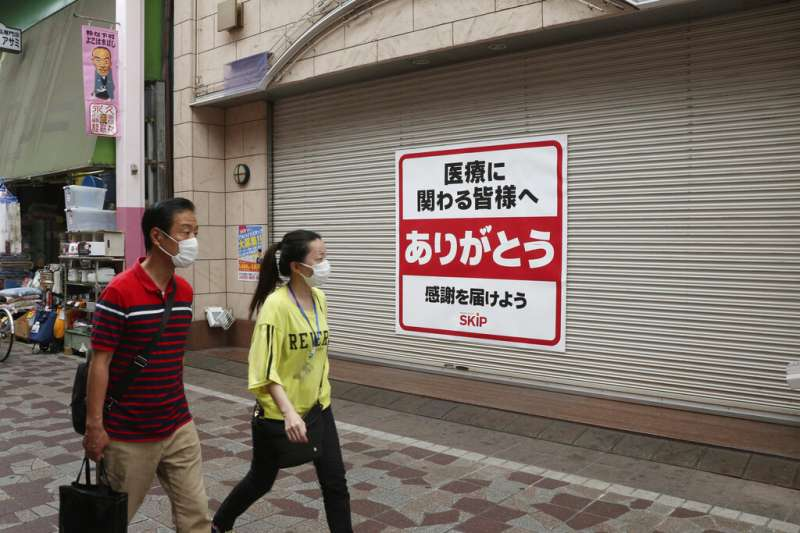 日本街頭感謝醫療人員付出的海報。(美聯社)