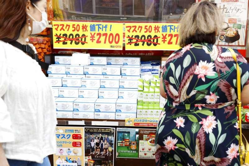 在日本街頭打折促銷的口罩。(美聯社)