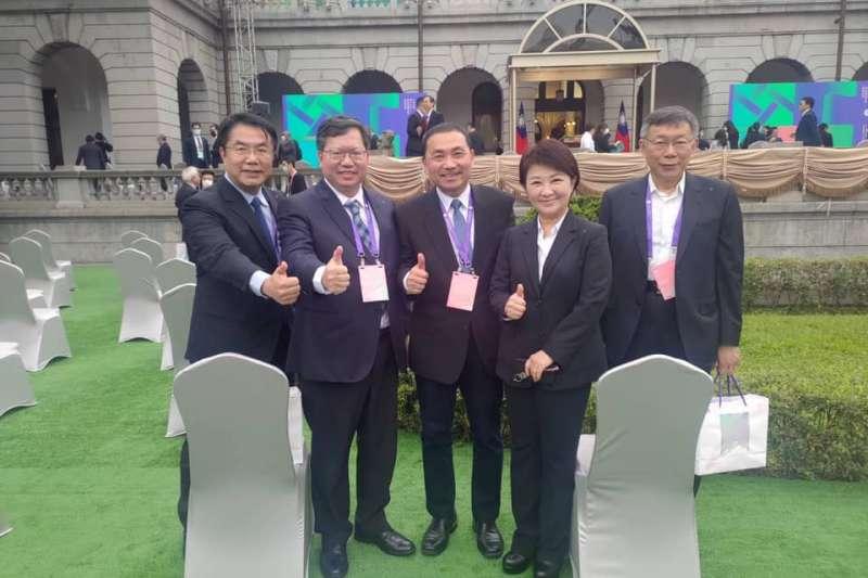 20200520-第15任總統就職典禮20日上午在台北賓館舉行,會後五都市長共同合影留念,不過這張照片後來卻遭到網友改圖。(取自黃偉哲臉書)