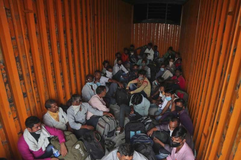 疫情下的艱苦人:受印度全國封鎖令影響,許多外地移工一夕間沒了工作卻也無法返鄉。(AP)