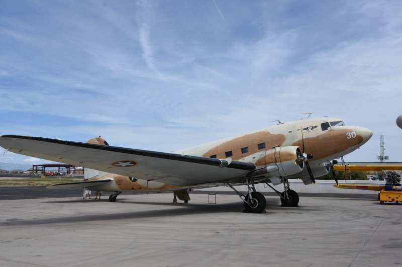 紀念空軍亞利桑那博物館的另外一大鎮館之寶,不只是維持在可飛行狀態,而且還參加過將落難盟軍飛行員從南斯拉夫撤退出來的「升降索行動」。(許劍虹提供)
