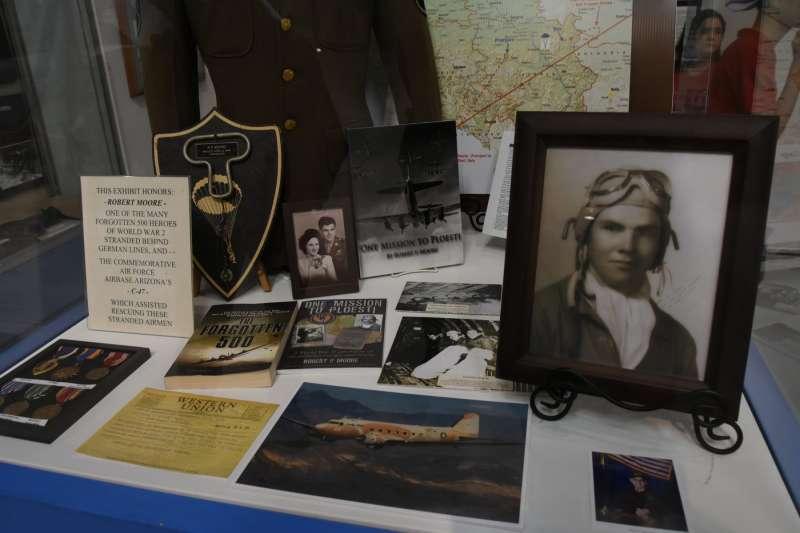 關於「升降索行動」的展示文物,都來自於二戰時在B-17轟炸機上擔任機尾槍手的羅伯特·摩爾。(許劍虹提供)