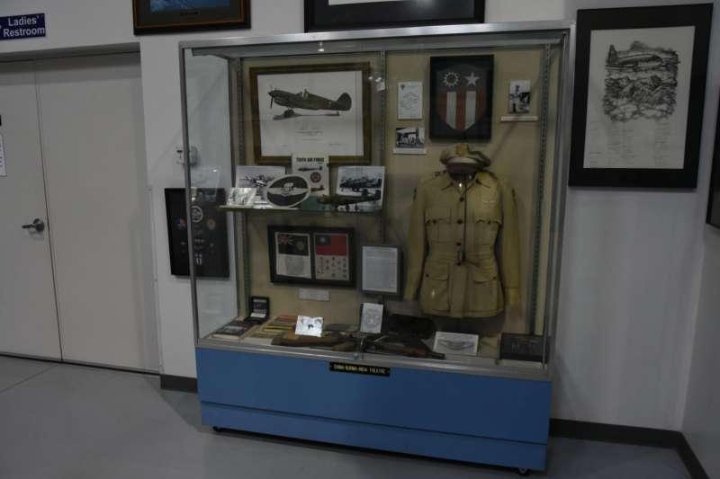 飛虎隊似乎是紀念空軍亞利桑那博物館的主題,所以整個室內展示廳內隨處可見中華民國相關的展示文物,尤其是大量的青天白日滿地紅國旗。(許劍虹提供)