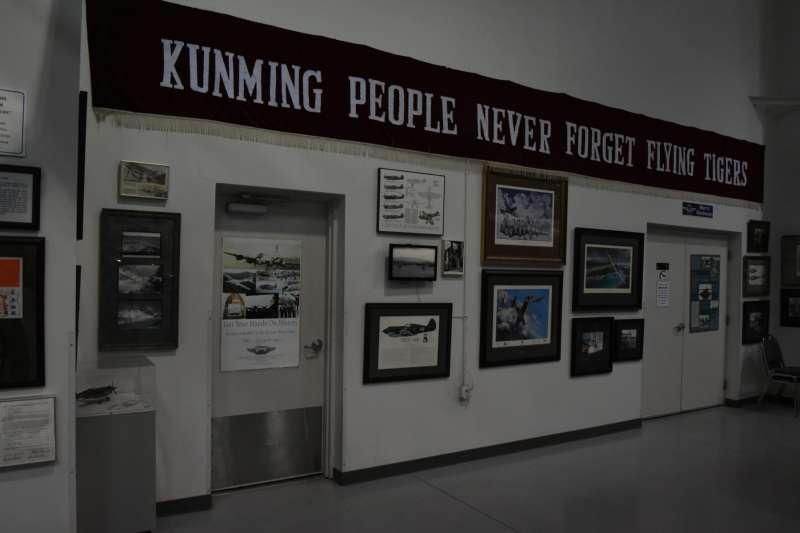 昆明市民送給美籍志願大隊的橫幅,如今高高懸掛展示於紀念空軍亞利桑那博物館內,訴說著一段已經為兩岸人民所忘懷的歷史故事。(許劍虹提供)