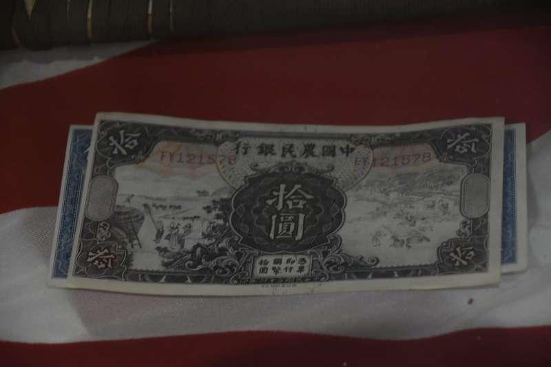 美軍飛行員在中國生活時使用的法幣,居然在亞利桑那州的大沙漠裡面也可以看到,真的是讓人十分感動。(許劍虹提供)