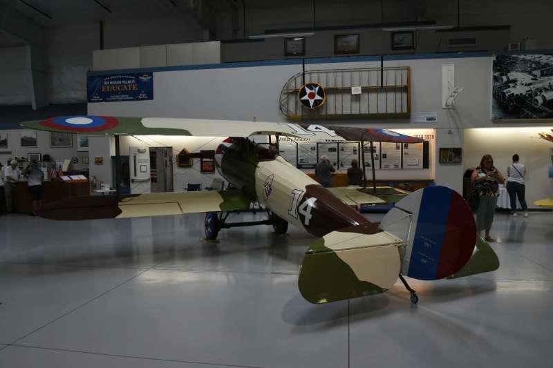 美國陸軍空中勤務隊裝備的法製紐波特28雙翼戰鬥機,雖然是一比一的復刻模型,卻見證了美軍投入第一次世界大戰的歷史。(許劍虹提供)