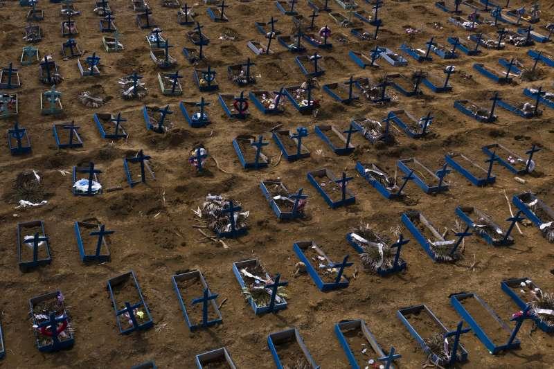 巴西疫情持續延燒,確診數飆升至全球第三高,亞馬遜州瑪瑙斯一處公墓建滿了新墳。(AP)