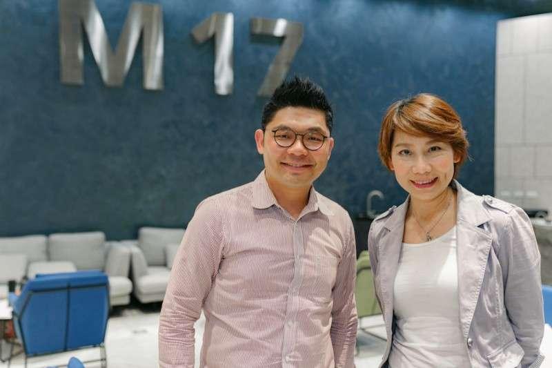 前立委許毓仁(左)最近邀資深劇場人郎祖筠(右)開直播,暢談藝文產業在疫情下如何度過難關。(圖片來源:17直播)