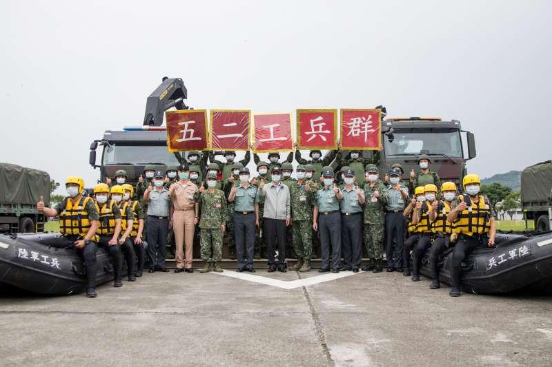 20200521-國防部長嚴德發(白衣者)視導陸軍第52工兵群及陸軍裝甲第586旅等單位。(軍聞社提供)