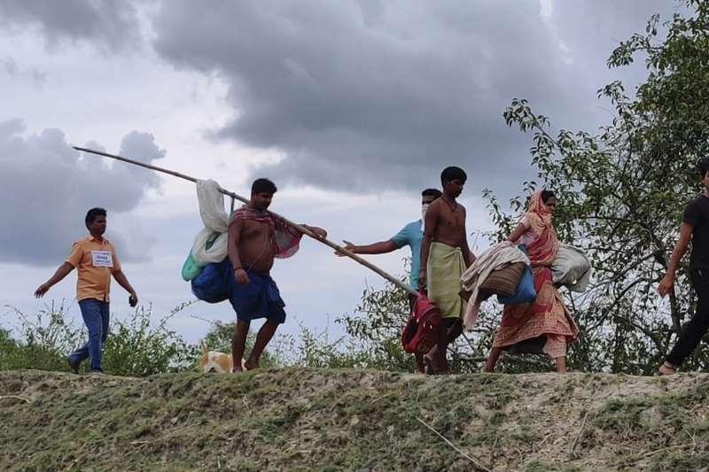 5月19日,颶風「安攀」侵襲前夕,印度西孟加拉民眾緊急撤離(美聯社)