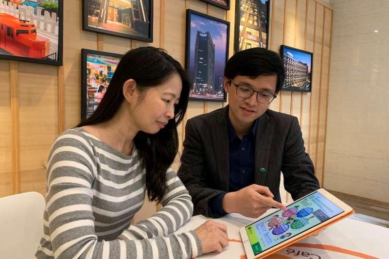 國泰人壽推出「失智險」,首創結合實物給付,並攜手台灣失智症協會一起為健康而走,一起做愛心,圖為民眾詢問失智險商品。(圖/國泰人壽提供)