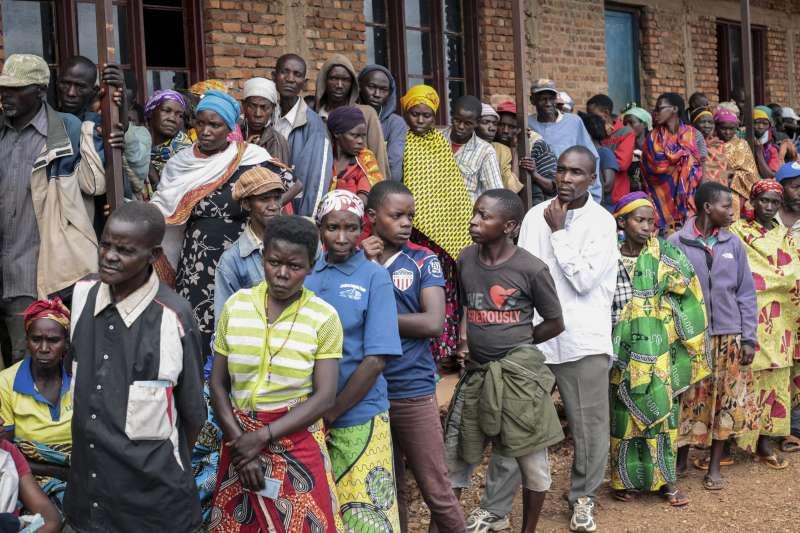 蒲隆地大選:民眾在投票所外大排長龍,沒戴口罩也無維持社交距離(AP)