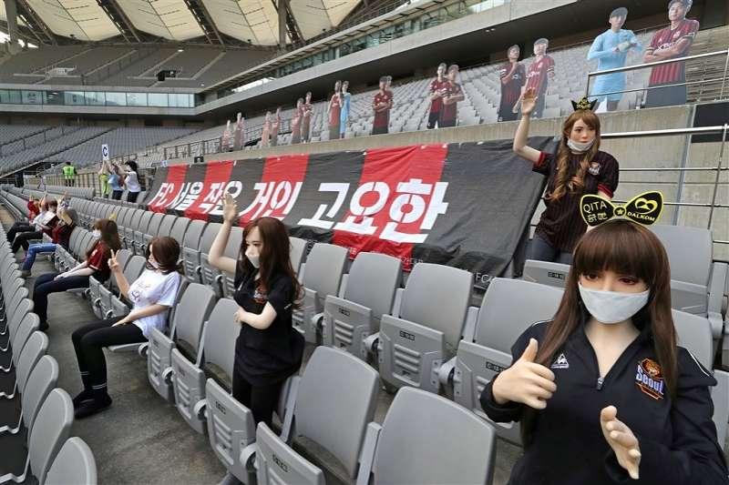 FC首爾日前在觀眾席上擺放性愛娃娃引議,韓國職業足球聯盟21日決定對球團重罰一億韓元(約新台幣270萬)。(法新社提供)
