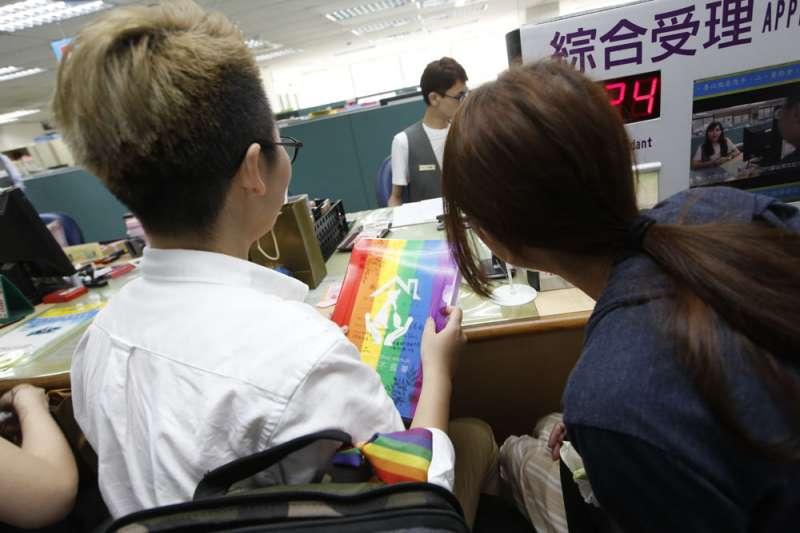 同婚合法後仍有不少同性伴侶裹足不前,尚未辦理結婚登記。(郭晉瑋攝)