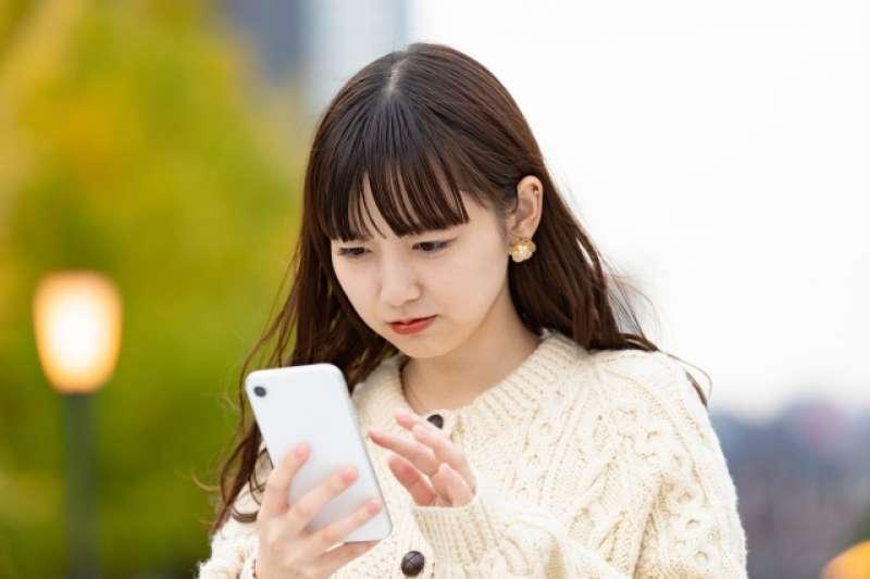 你是否也曾有過這樣的狀況,盯著手機看著傳給男友的訊息,只要超過3分鐘沒被回覆就感到焦慮呢?(圖/取自photoAC)