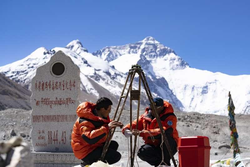 中國國測一大隊隊員在珠穆朗瑪峰大本營附近測試設備(新華社)