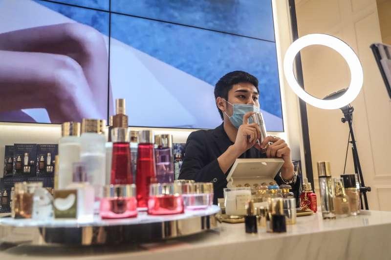 瀋陽萬象城商場內的化妝品商戶在做網路直播銷售。(新華社)