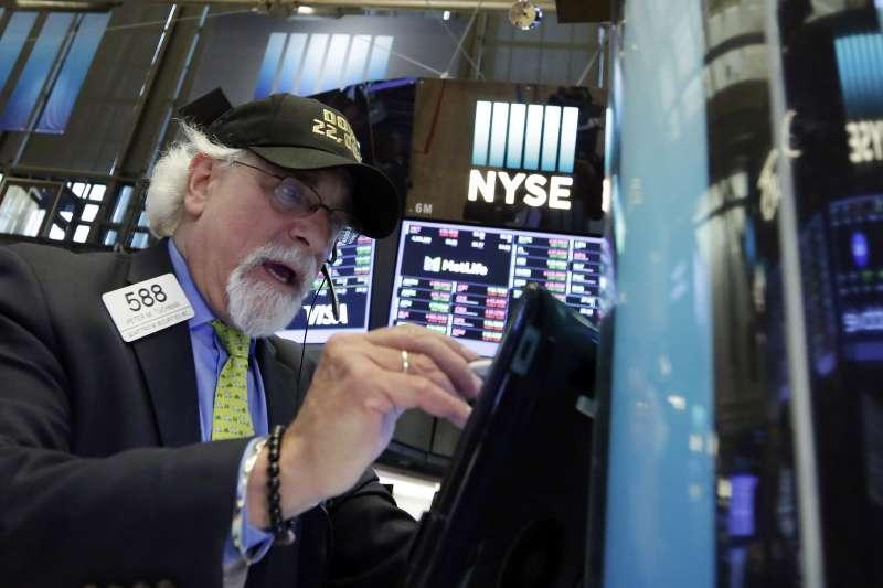 美股今年第一季結束創下史上最糟表現,4月底收盤卻又創下33年來最大單月漲幅,大幅波動讓投資人無所適從。(AP)