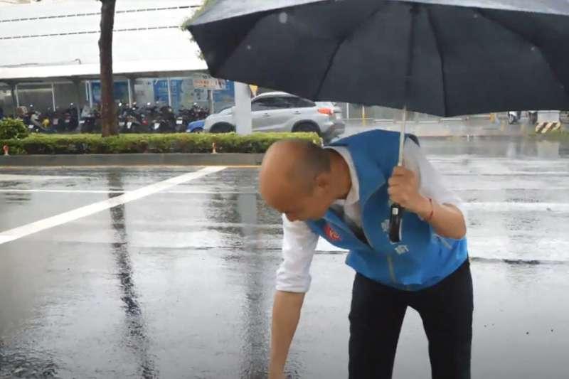 高雄降下強烈雨勢導致多處積水,高雄市長韓國瑜(見圖)今(22)日親自視察積水情形及抽水站運作狀況。(資料照,高雄市政府提供)