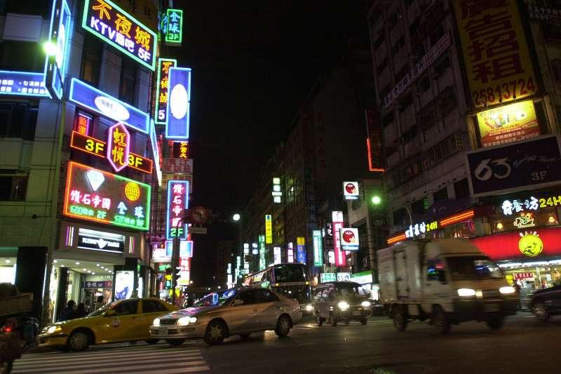 房產專家張欣民表示,在台北市若是有特種行業聚集的地方,先天缺點為房價容易受到壓抑。(林瑞慶攝)