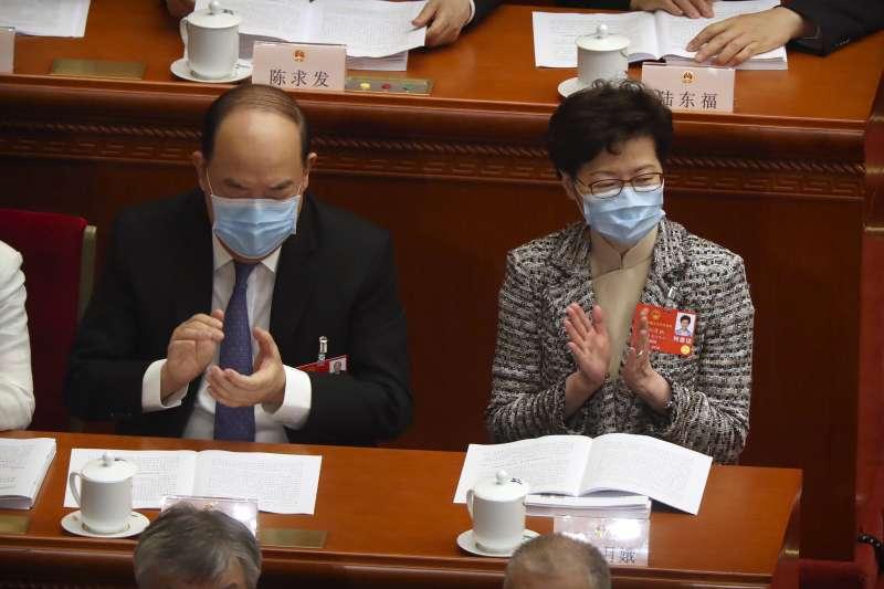 2020年5月22日,中國第十三屆全國人大第三次會議開幕,右為香港特首林鄭月娥(AP)