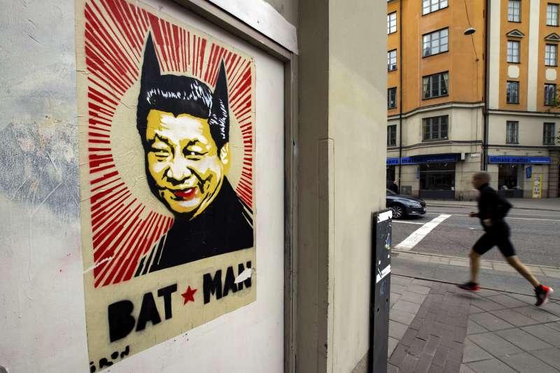 瑞典街頭的習近平/蝙蝠俠造型海報(AP)