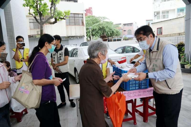 台南市長黃偉哲參與大光寺50周年慶並發放百份蔬食便當。(圖/台南市政府新聞及國際關係處提供)