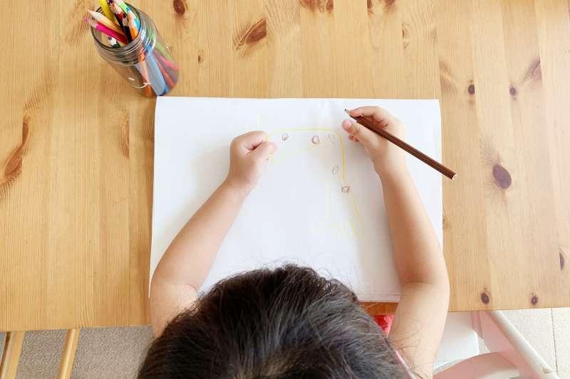 家長可以帶著孩子透過書寫「感恩日記」的方式,培養小孩將注意力聚焦在感恩的事物。(圖/取自photoAC)