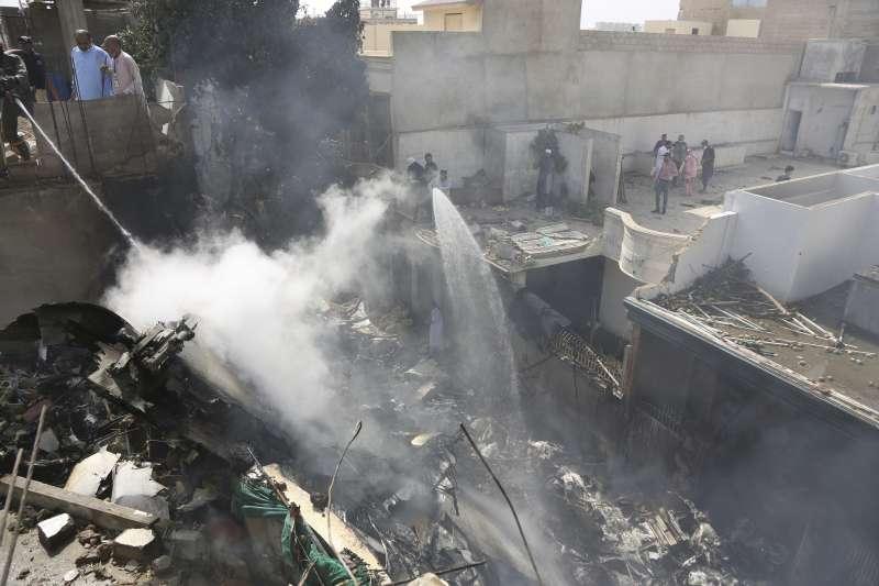 2020年5月22日,巴基斯坦國際航空(Pakistan International Airlines)一架班機在大城喀拉蚩(Karachi)墜毀(AP)