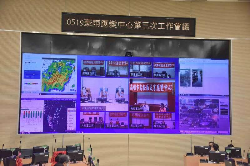 20200522-面對豪雨來襲,高雄市長韓國瑜今(22)日下午親自坐鎮豪雨應變中心。(高雄市政府提供)