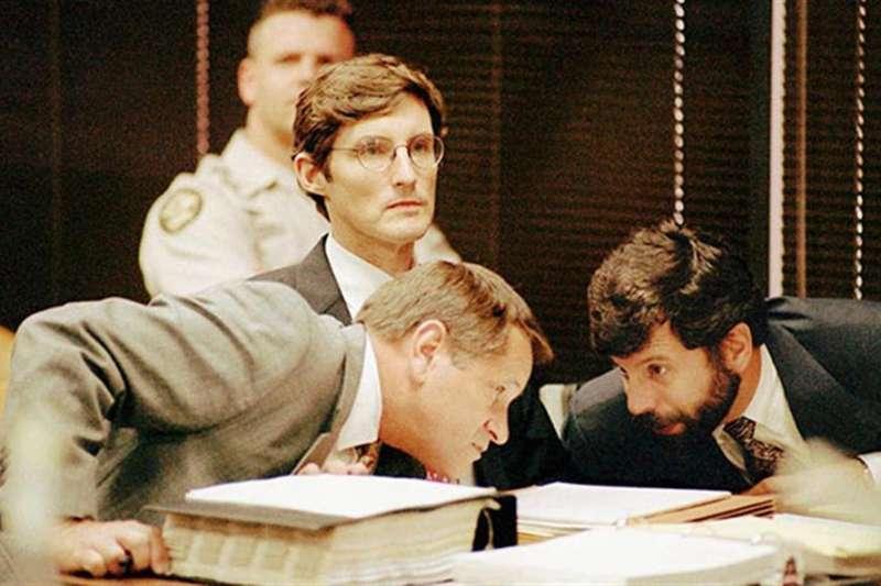 在殺妻案法庭上的佛列德里克.托卡斯(中)。(翻攝Youtube)