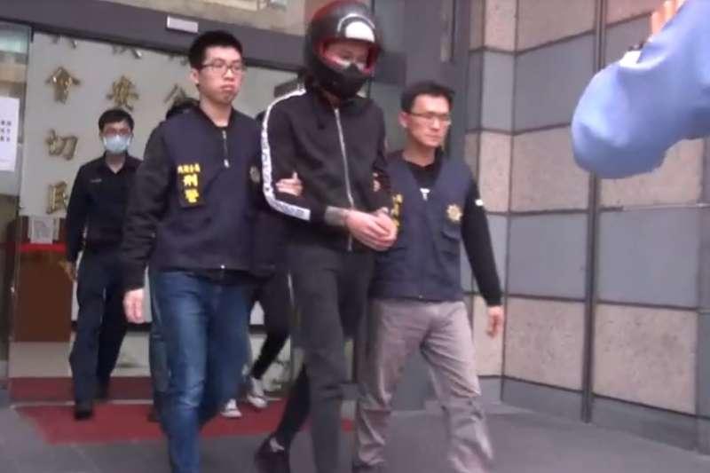 台北市警察局內湖分局西湖派出所於3月30日逮捕陳姓男子等5名犯嫌,並起獲開山刀、彈簧刀、鋁棒、借據本票等證物。(台北市警察局提供)