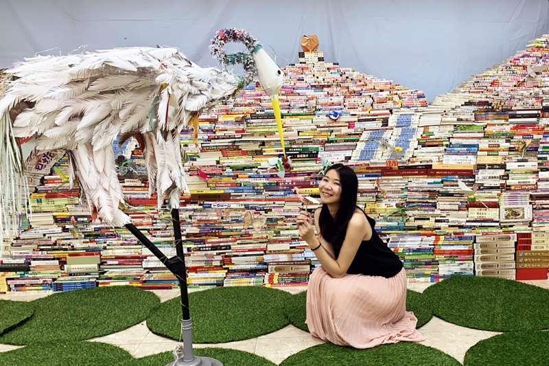 新北市立圖書館館員讓二手書再生,邀大家從閱讀開始關心地球的環境展現對在地鄉土的關愛。(圖/新北市圖書館提供)