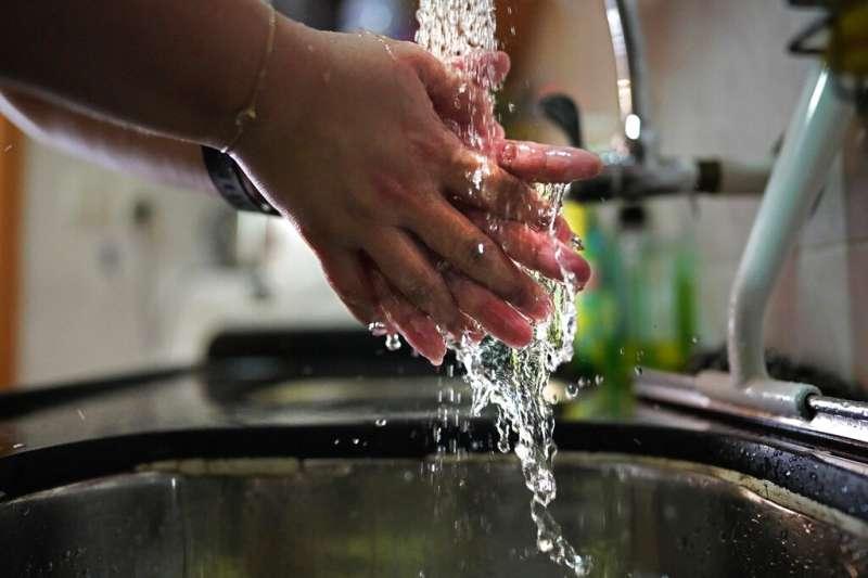 醫師黃軒提醒,要用「肥皂」洗手才能預防諾羅病毒。(是意圖,美聯社)