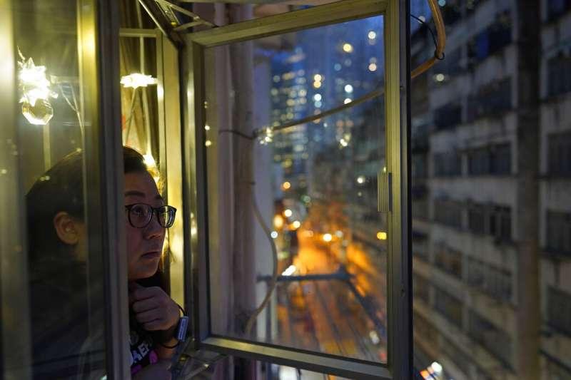 美聯社記者Zen Soo在香港居家隔離期間在窗口透氣。(美聯社)