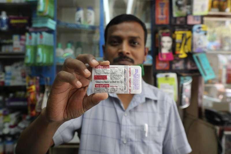 印度孟買一名藥劑師展示羥氯奎寧(美聯社)