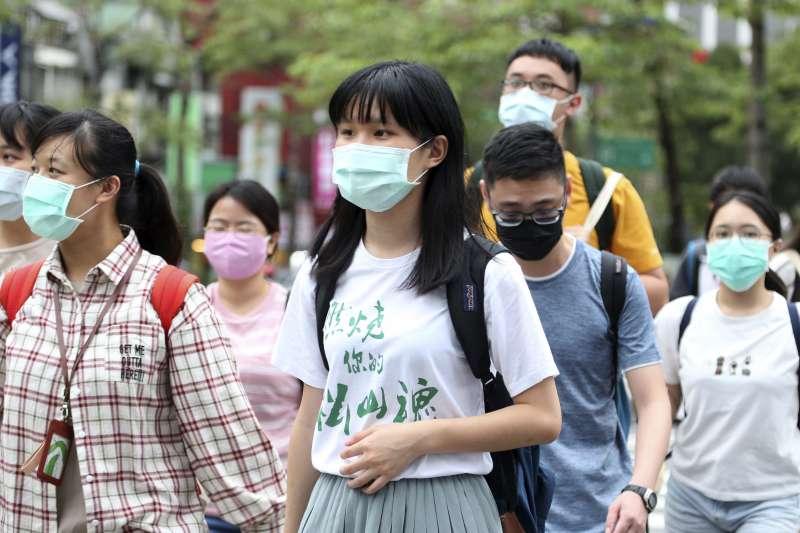 2020年新冠肺炎侵襲,台灣民眾戴口罩自我保護。(AP)