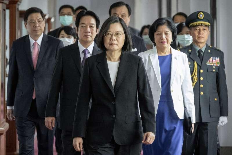 為抵抗「港版國安法」,香港民眾24日再度走上街頭,多人遭到逮捕。對此總統蔡英文(中)表示,香港情勢一旦發生變化,依法可停止適用《香港澳門關係條例》一部分或全部,希望香港情勢不致走到這一步。(資料照,美聯社)