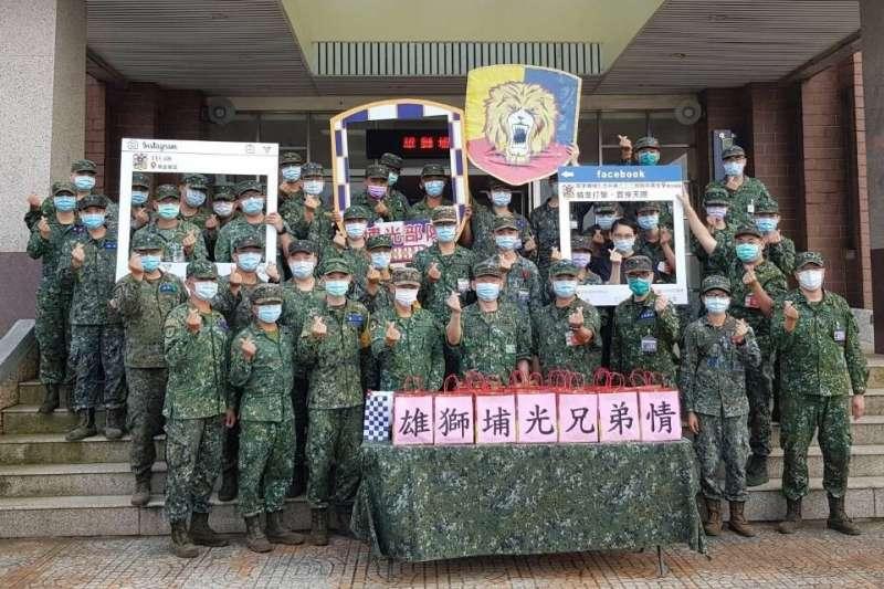 陸軍司令部日前發起「跨區增援、情義相挺」活動,友軍單位機步333旅致贈萬巒豬腳為機步269旅打氣。(取自中華民國陸軍臉書)