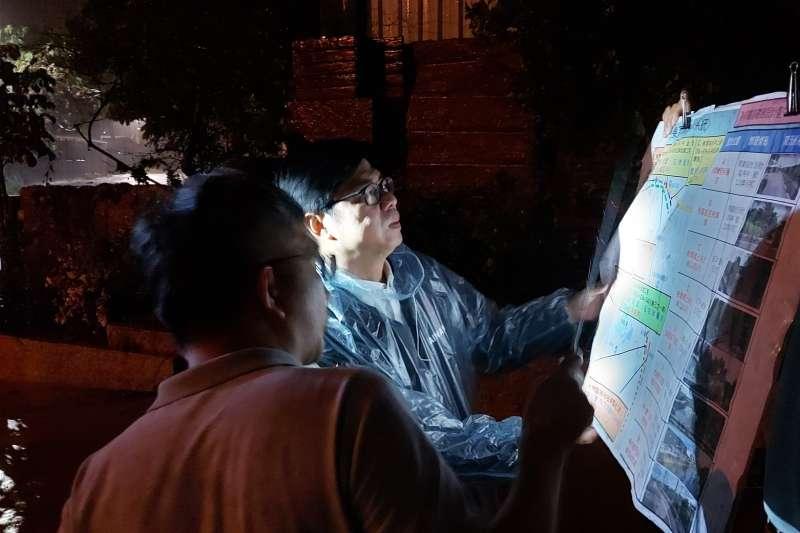 行政院副院長陳其邁(見圖)日前冒雨趕往高雄,視察當地排水狀況。(取自陳其邁臉書)