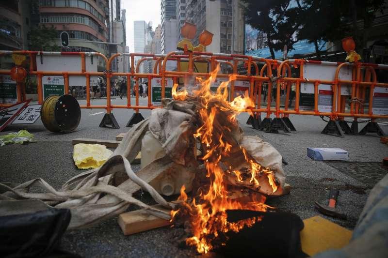 有民眾好奇,若香港失去特殊貿易地位,台灣有可能代替香港成為亞洲國際金融中心嗎?對此,資深媒體人范琪斐表示「絕對不可能」。圖為香港市民走上街頭反對「港版國安法」與《國歌條例》。(資料照,美聯社)