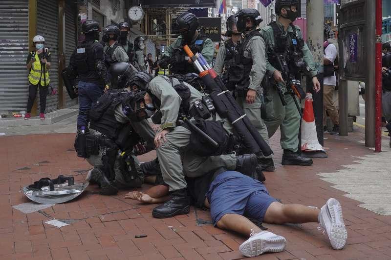 5月24日,香港市民再次聚集,反對香港國安法的制定,遭到港警的強力鎮壓,中共前領導人鄧小平承諾的「馬照跑、舞照跳」似乎早已被拋諸腦後。(資料照,美聯社)