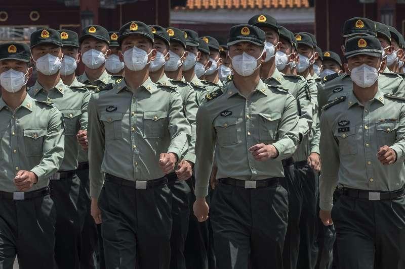 2020年中國兩會,解放軍巡邏天安門廣場(AP)