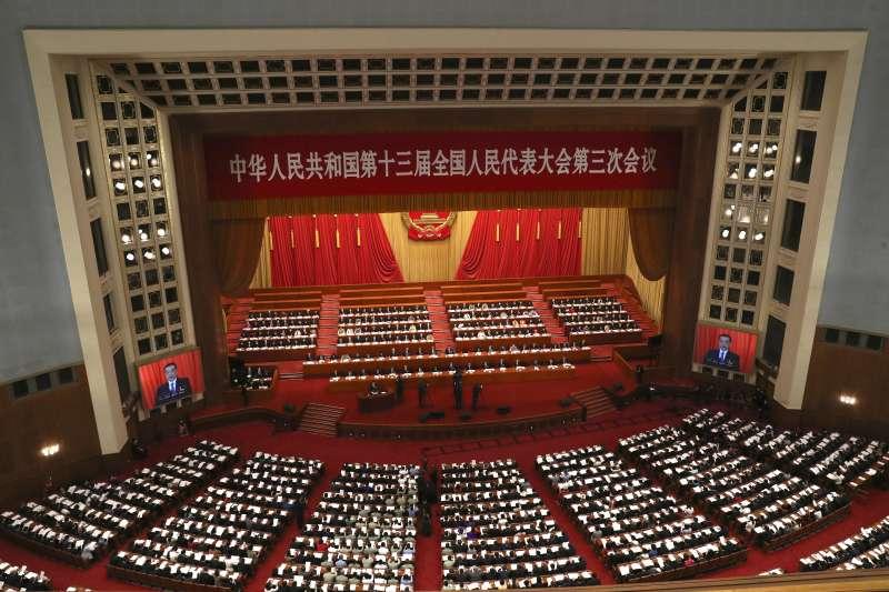 前外交官劉仕傑憂心,若歐美在香港議題上選擇沉默或消極作為,高度仰賴美國的台灣將如何面對?圖為2020中國國務院總理李克強在人大發布《政府工作報告》(資料照,美聯社)