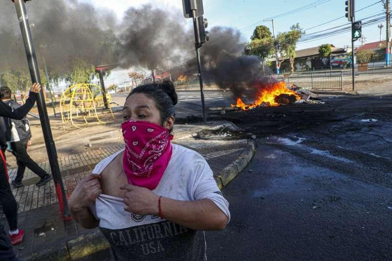 智利民眾在隔離期間抗議國家防疫不利。(AP)