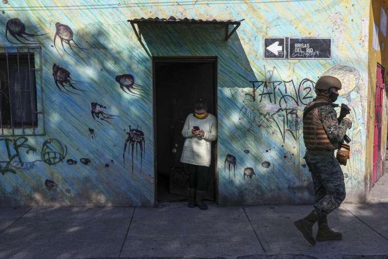 智利軍警巡邏,防範民眾沒有遵守隔離政策。(AP)
